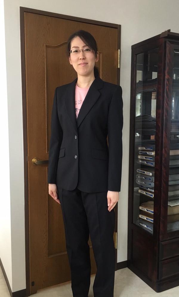 【東京都江東区在住 AYさま】国産生地で二つ釦シングル・レディススーツをお仕立て