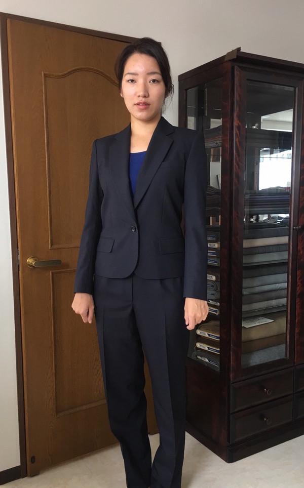 【東京都江東区在住  MOさま】国産生地で一つ釦シングル・レディスパンツスーツをお仕立て