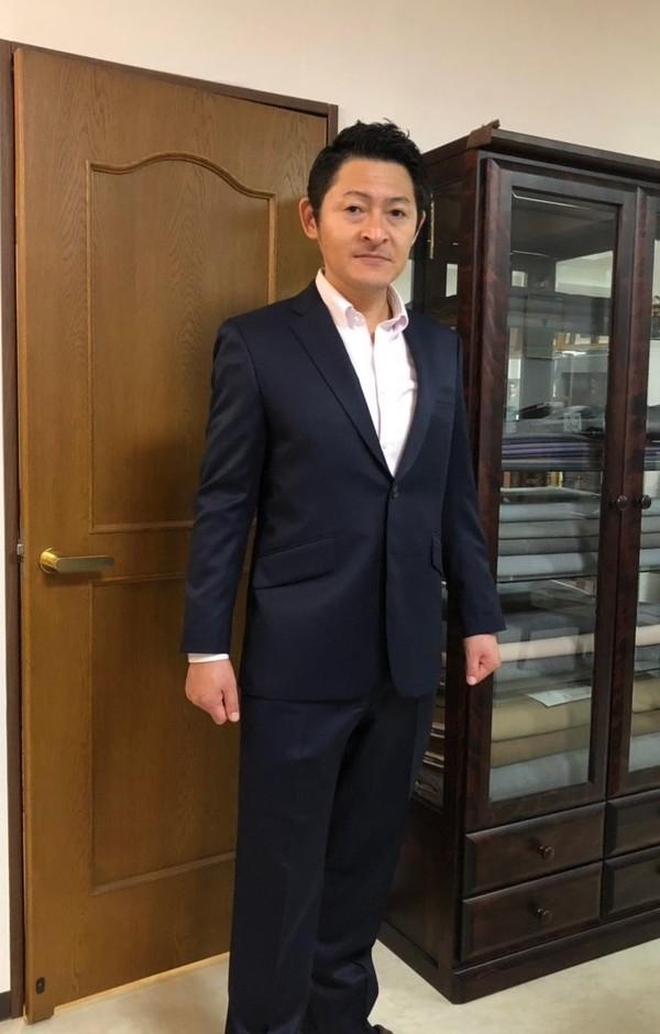 【東京都練馬区在住  KMさま】レダ社(伊)製生地で二つ釦シングルスーツをお仕立て
