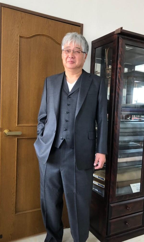 【埼玉県蓮田市在住 鈴木一介さま】スキャバル社(英)製生地で二つ釦シングル三揃いスーツをお仕立て