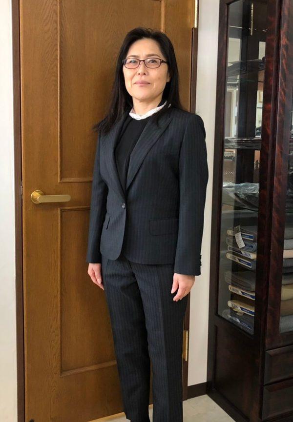 【埼玉県羽生市在住 清水聖美さま】インポート生地で一つ釦でシングル・レディースパンツスーツをお仕立て